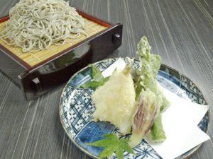県内産アスパラとキスの天ぷらせいろそば